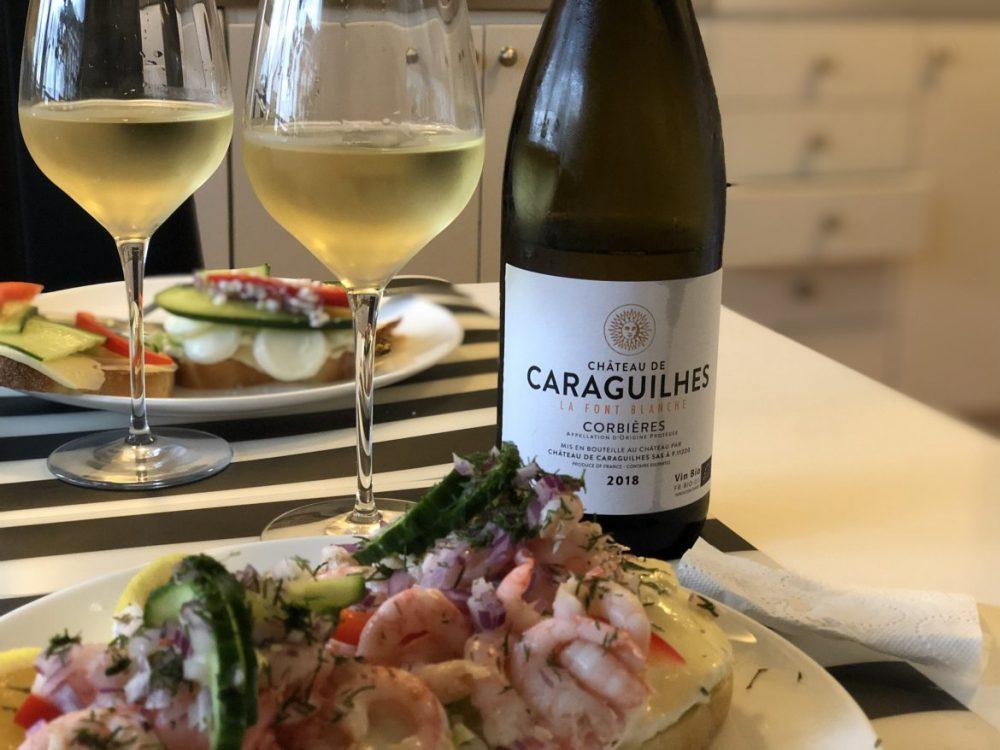 vitt, franskt ekologiskt vin med räkmacka